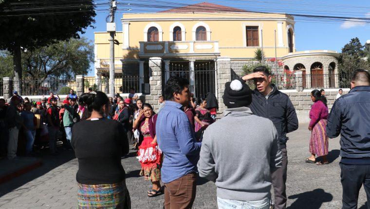 Vendedores de pirotecnia no están de acuerdo con el traslado. (Foto Prensa Libre: Raúl Juárez)