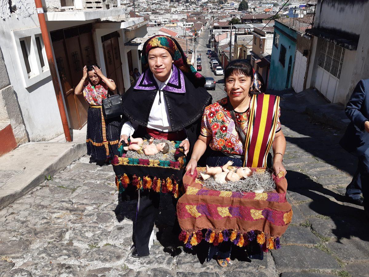 Hogares quetzaltecos abren la puerta a la imagen del Niño Jesús, celebración que tiene 200 años