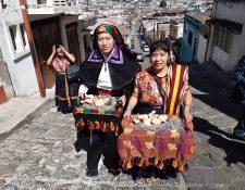 Algunos de las hermandades acudieron con la vestimenta ceremonial de Quetzaltenango. (Foto Prensa Libre: Raúl Juárez