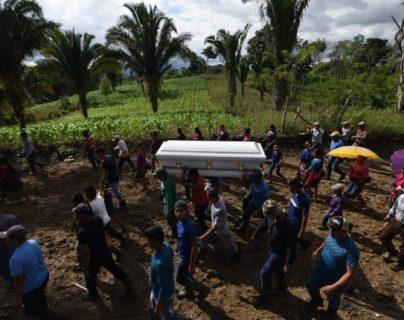 Vecinos de San Antonio Secortez llevaron en hombros el féretro de Jakelin Caal por distintos lugares de la comunidad. (Foto Prensa Libre: Hemeroteca PL)