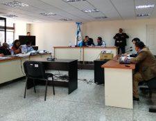 Audiencia de primera declaración de los sindicados por la muerte de tres soldados en la aldea Semuy 2. (Foto Prensa Libre: Edwin Pitán).