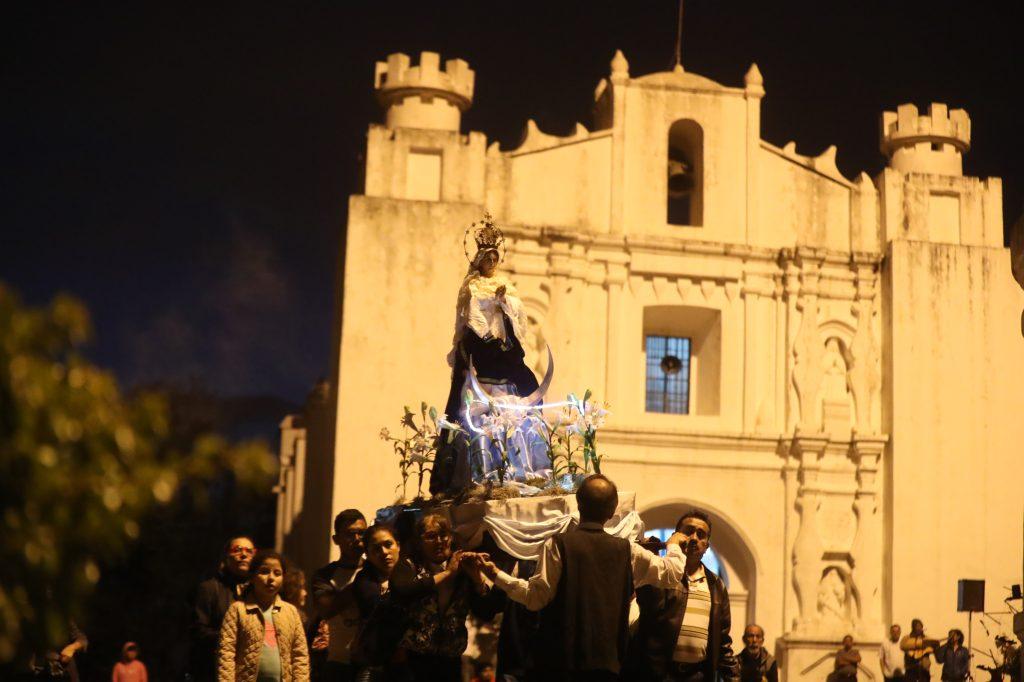 La procesión de la Inmaculada Concepción del Cerrito del Carmen recorre la plaza frente a la ermita. Foto Prensa Libre: Óscar Rivas