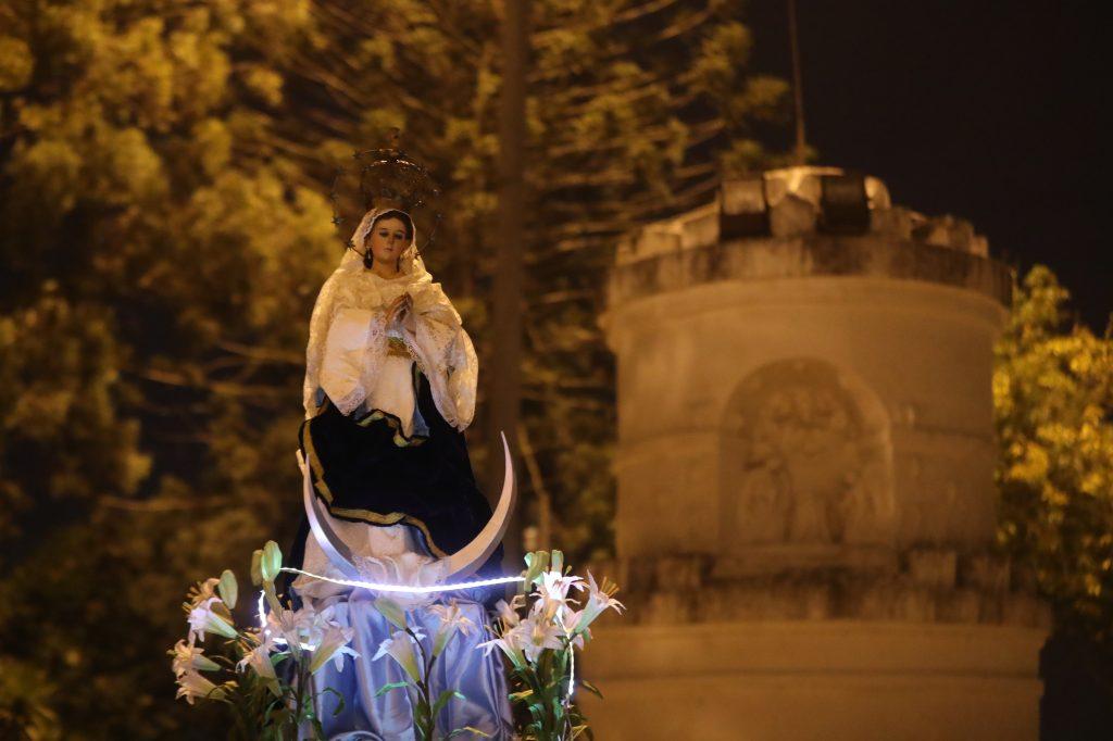 Justo después de la quema del Diablo la Virgen de la Inmaculada Concepción regresa a su ermita. Foto Prensa Libre: Óscar Rivas