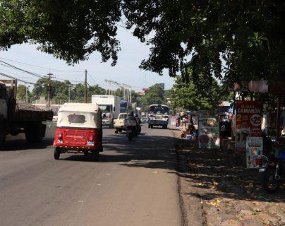 En varios municipios de Suchitepéquez y Retalhuleu se forma tráfico también porque la carretera atraviesa el centro de los municipios y áreas pobladas. (Foto Prensa Libre: Hemeroteca PL).