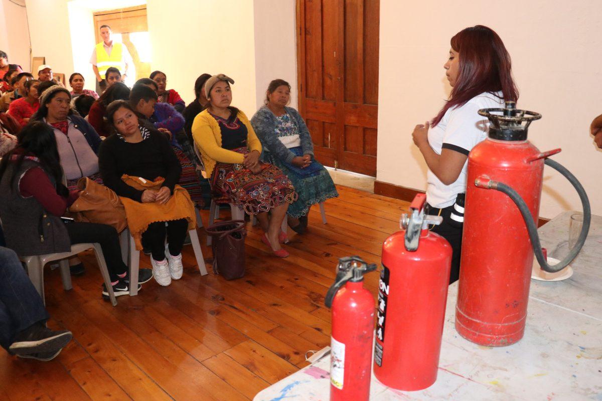 Vendedores de pirotecnia en Xela son capacitación en el manejo de equipo contra incendios