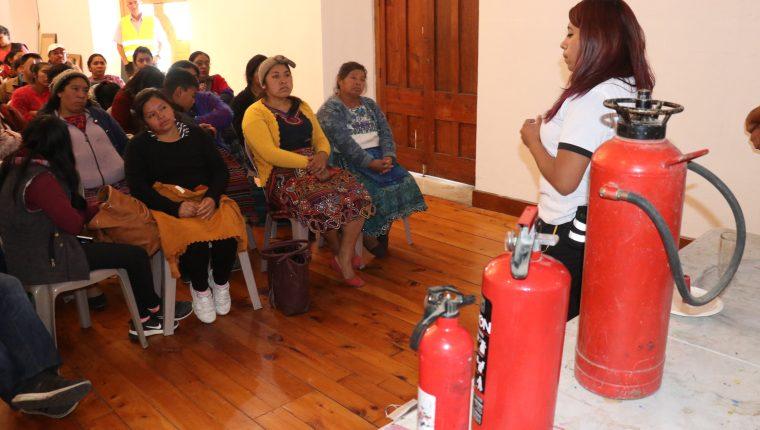 El uso de los extintores fue el tema principal de la capacitación a los vendedores. (Foto Prensa Libre: Raúl Juárez)