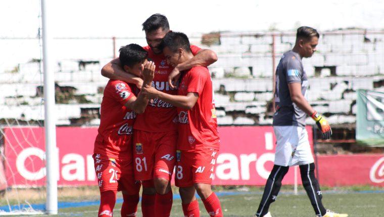 Wilber Pérez (centro) celebra con sus compañeros en el Santa Lucía. (Foto Prensa Libre: Raúl Juárez)