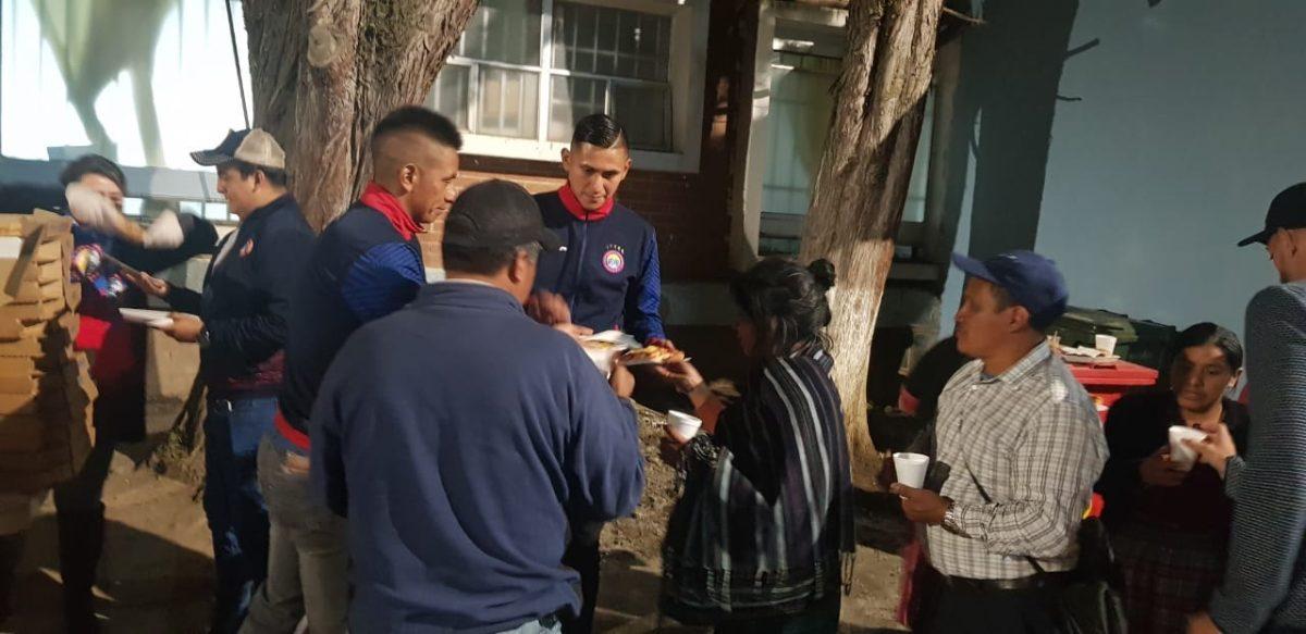 Jugadores de Xelajú MC llevan refacciones a familiares de pacientes del Hospital Regional de Occidente