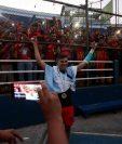 Alejandro Díaz celebra con la afición de Municipal. (Foto Prensa Libre: Carlos Vicente)