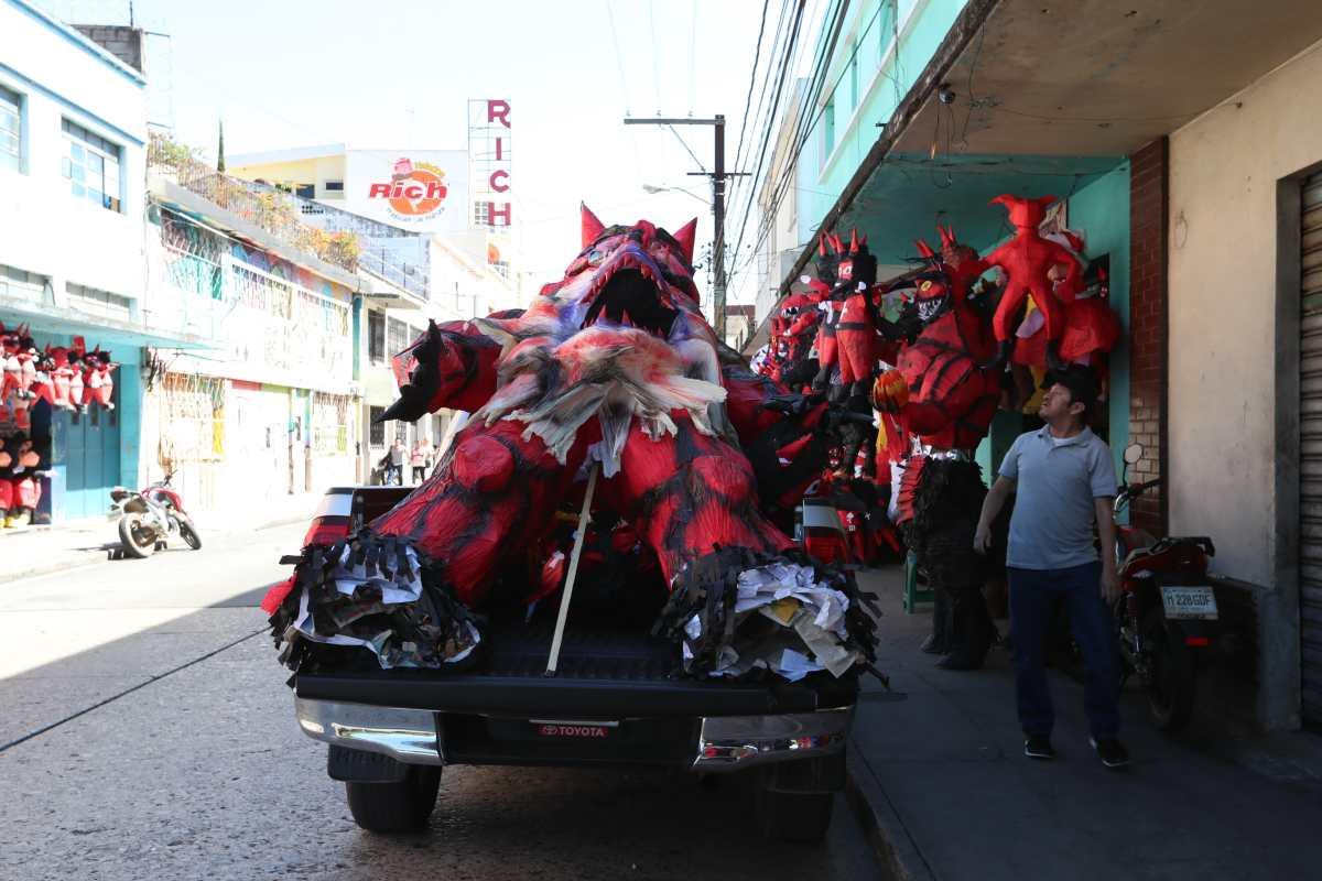 El parque Colón se viste de rojo con los llamativos diseños de piñatas que serán quemadas el 7 de diciembre