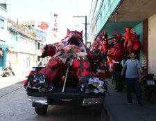 Esta piñata de diablo de casi cinco metros de alto será quemada en un condominio del km 19.9 de la carretera a El Salvador.  (Foto Prensa Libre: César Pérez)
