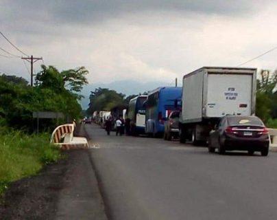 El bloqueo de trabajadores de fincas bananeras ocurre en el kilómetro 286 punto de referencia finca Campo Verde. (Foto Prensa Libre: Dony Stewart)