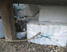 Paquetes con posible droga fueron localizados en una aldea de Sayaxché, Petén. (Foto Prensa Libre: Ministerio de Gobernación)