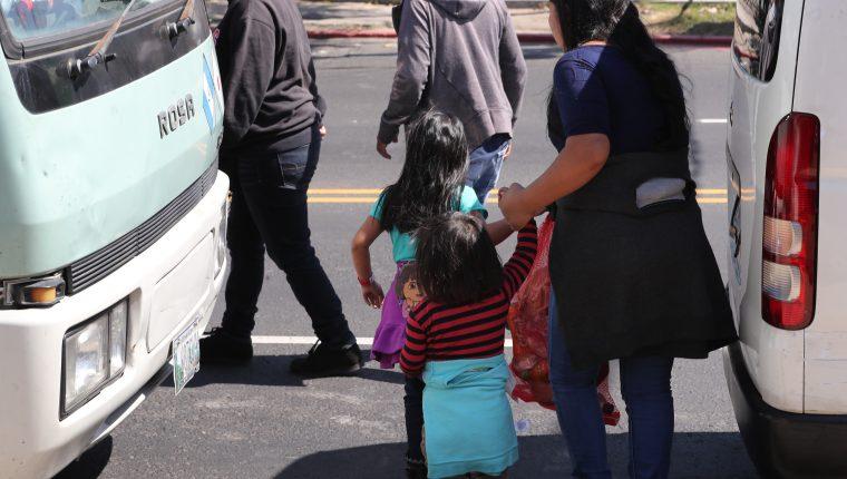 Una familia que fue retornada de EE. UU. sale de la Fuerza Aérea de Guatemala, este viernes 2w7 de diciembre. Arribó en uno de los últimos vuelos de deportados del año. (Foto Prensa Libre: Erick Ávila)