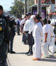 Deportados regresaron al país con uniformes blancos y no hubo posibilidad de que se cambiaran antes de salir. (Foto Prensa Libre: Érick Ávila)