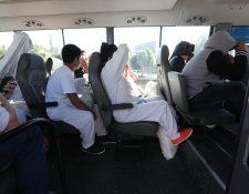 A los deportados, migración pone a sus servicios buses para que los trasladen a las distintas terminales de la capital. (Foto Prensa Libre: Erick Ávila)