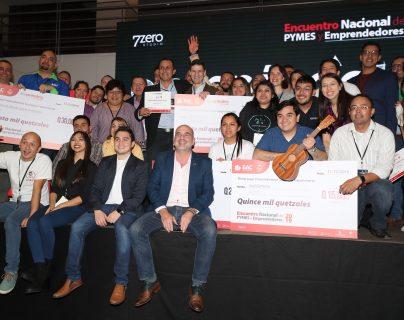 Ricardo Batz, Franz Haidacher, Lucy Aguilar,  Marvin García, y Saúl Gamarro, recibieron fondos al resultar ganadores en el cierre de Empréndete Guate. (Foto Prensa Libre: Érick Ávila)