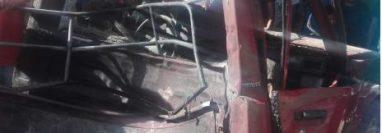 Un picop que trasladaba  juegos pirotécnicos quedó destruido a causa de la explosión. (Foto Prensa Libre: Hemeroteca PL)