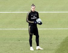 és del Real Madrid Gareth Bale durante el entrenamiento merengue. (Foto Prensa Libre: EFE)
