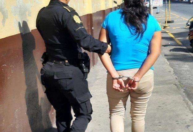 Una mujer aprehendida en Escuintla es sindicada de haber atacado a su conviviente. Foto Prensa Libre: PNC)
