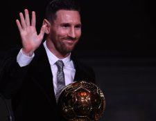 Lionel Messi muestra su alegría después de ganar el Balón de Oro. (Foto Prensa Libre: AFP)
