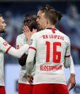 Jugadores del RB Leipzig festejan después de haber marcado un gol en la victoria contra Augsburgo. (Foto Prensa Libre: AFP).