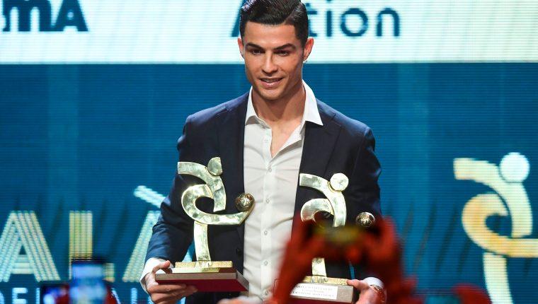 Cristiano Ronaldo posa con los premios en la Serie A. (Foto Prensa Libre: AFP)