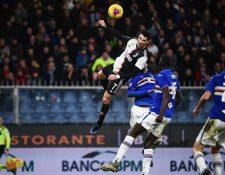Cristiano Ronaldo cabecea para anotar el segundo gol de la Juventus. (Foto Prensa Libre: AFP)