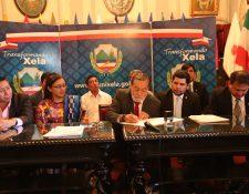 Integrantes del Concejo y de la mesa técnica de la energía eléctrica, así como personal de la EEMQ y el gerente interino del Inde, observaron el momento cuando el alcalde de Xela firmó el nuevo contrato. (Foto Prensa Libre: María Longo)