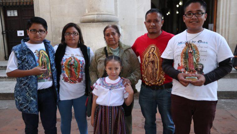 Manolo Mendoza visitó a la Virgen de Guadalupe en la Catedral de Xela junto a sus hijos, su esposa y su madre, la familia agradece por un milagro que ocurrió hace 25 años. (Foto Prensa Libre: María Longo)