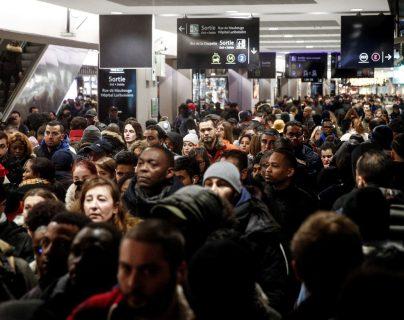 Los pasajeros caminan dentro de la estación de tren Gare Du Nord durante una huelga general en París, Francia. (Foto Prensa Libre: EFE).