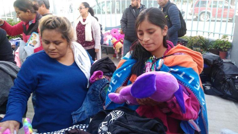 Dos mujeres que permanecen en el asilo Madre Asunta se beneficiaron con la entrega de ropa. (Foto: Cortesía)