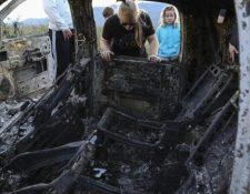 Nueve miembros de la familia Lebarón fueron masacrados en México. En la foto el vehículo quemado. (Foto, Prensa Libre: AFP).