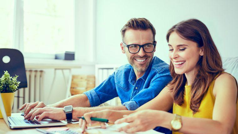 Las parejas deben tener reuniones formales en las que analicen sus ingresos y egresos. (Foto Prensa Libre: Servicios).