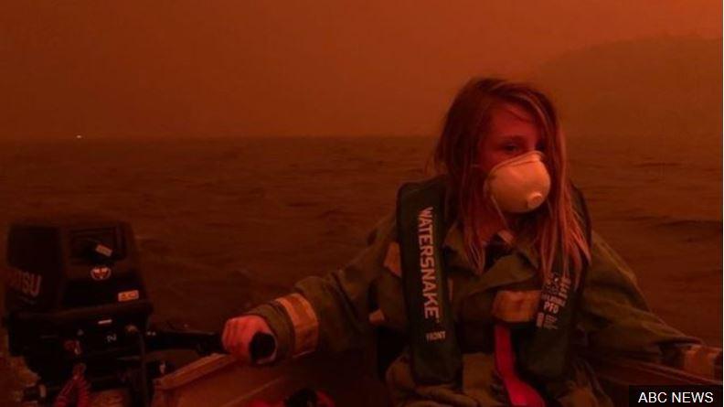Incendios en Australia: las impactantes imágenes de la ciudad atrapada entre el fuego y el mar