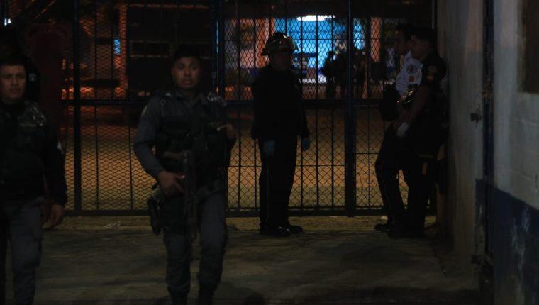 """Personal de las fuerzas de seguridad, del Ministerio Público y de cuerpos de socorro acudieron a la granja Pavón, la noche del 15 de diciembre 2019, luego de que se confirmó la muerte del exdiputado """"Manolito"""" Castillo. (Foto, Prensa Libre: Carlos Hernández)."""