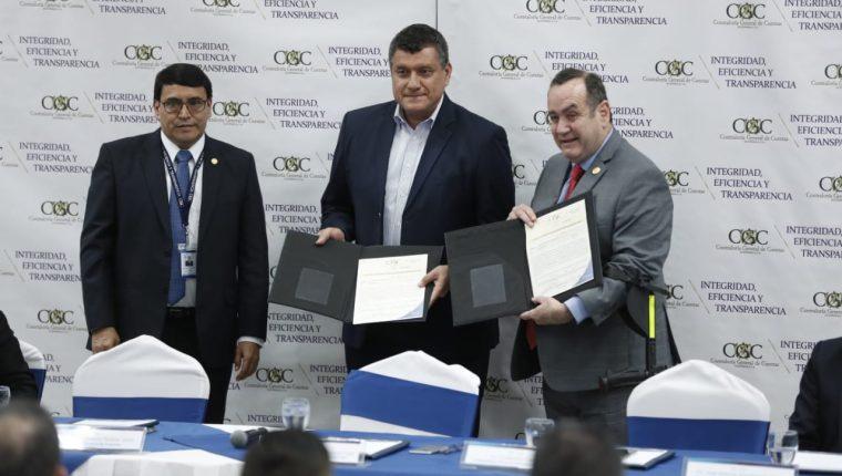 Alejandro Giammattei y Guillermo Castillo, binomio presidencial electoral, reciben finiquitos de la Contraloría. (Foto Prensa Libre: Esbin García)