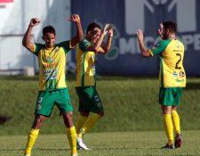 Los jugadores de Guastatoya celebraron frente a su afición. (Foto Prensa Libre: Norvin Mendoza)