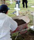 Excavaciones llevadas a cabo este sábado en Dabeiba, donde se presume que hay más de 50 civiles víctimas de ejecuciones extrajudiciales. (Foto Prensa Libre: AFP)