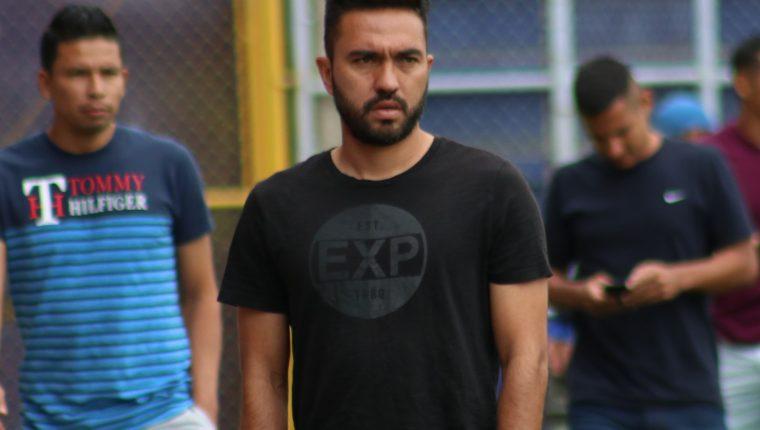 El futbolista tenía contrato pero llegó a un acuerdo para rescindirlo. El mexicano anotó 25 goles en tres torneos. (Foto Prensa Libre: Raúl Juárez)