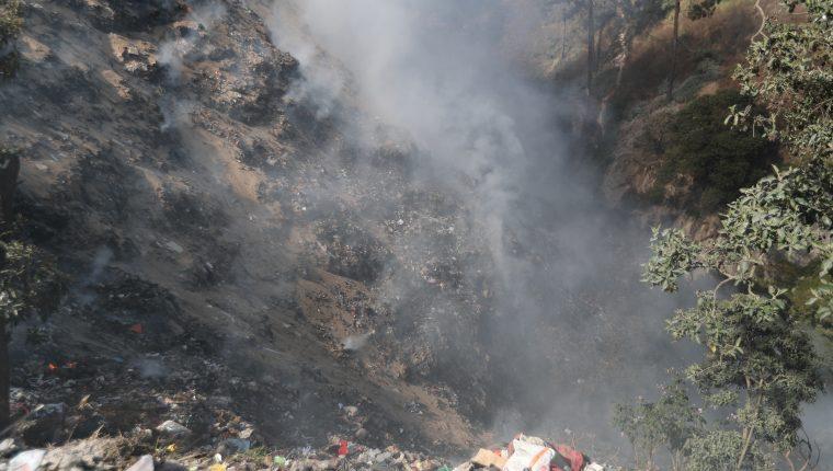 Vecinos resultan afectados por el humo a causa de un incendio en el basurero de Salcajá. (Foto Prensa Libre: María Longo)