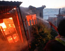 Vista de una de las viviendas que han quedado consumidas por las llamas en un incendio forestal que alcanzó un sector poblado de la ciudad costera de Valparaíso. (Foto Prensa Libre: EFE).