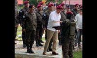 """Momento en el que el presidente Jimmy Morales es nombrado """"Kaibil Honorario"""". (Foto Prensa Libre: Cortesía)."""