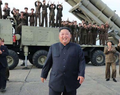 Imagen de archivo que muestra al líder norconearon Kim Jong Un durante una prueba de un lanzador de cohetes. (Foto Prensa Libre: AFP)