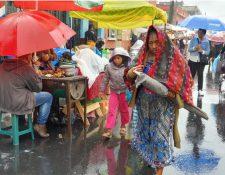 En la zona 1 de la capital y otros sectores de la urbe se registra lluvia este jueves 12 de diciembre. (Foto Prensa Libre: Dadiana Cabrera).