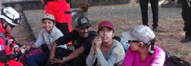 Las cuatro personas fueron localizadas con vida en el volcán Atitlán, Sololá. (Foto Prensa Libre: Conred).