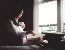Expandir su vocabulario, reducir el estrés y la ansiedad y la estimulación mental son algunos de los beneficios que recibirá del hábito de la lectura. (Foto Prensa Libre: Servicios)