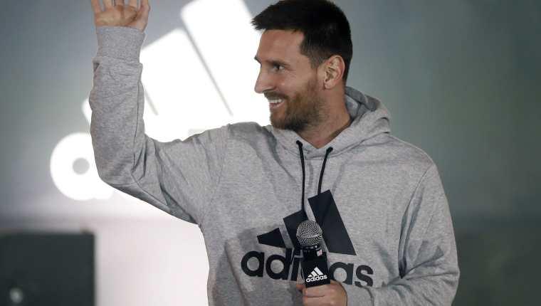 El delantero argentino del FC Barcelona Leo Messi presenta sus nuevas botas. (Foto Prensa Libre: EFE)