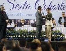 El presidente Jimmy Morales recibe reconocimiento de manos de integrante del sindicato de Joviel Acevedo. (Foto Prensa Libre: Esbin García).