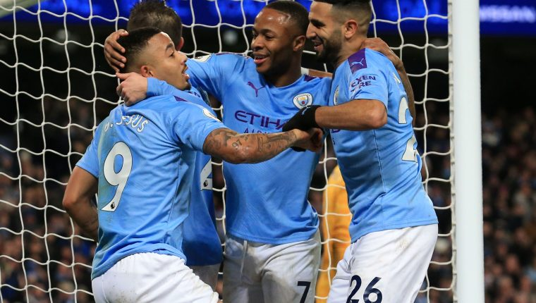Jugadores del Manchester City festejan después de haber marcado un gol contra el Leicester, en partido de la fecha 18 de la Premier. (Foto Prensa Libre: AFP).